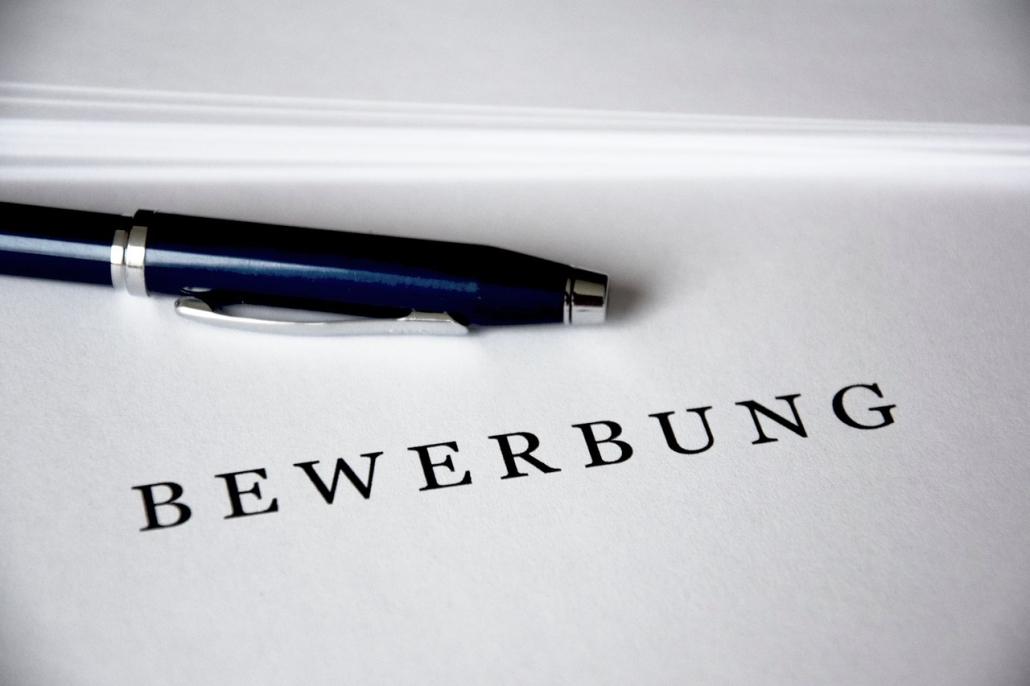 Bewerbung, Kugelschreiber auf Unterlagen