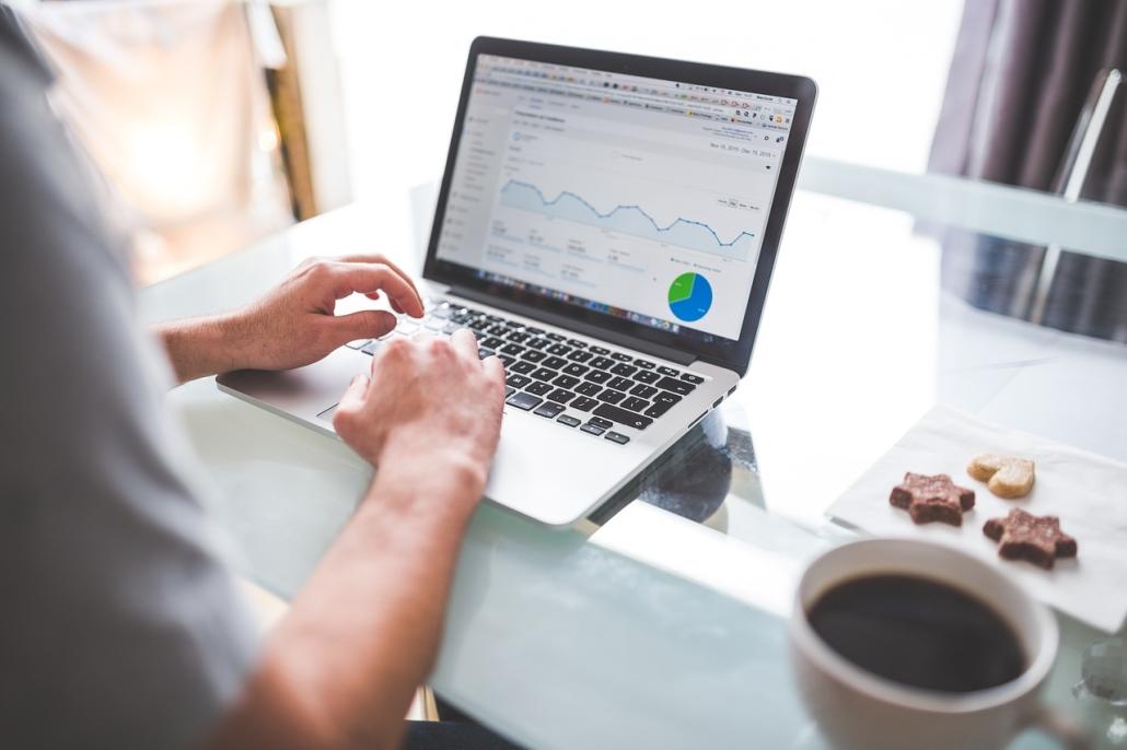 Data Analyst wertet Daten aus