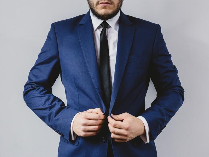 Mann mit Bart in dunkelblauem Anzug
